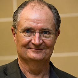 Jim Broadbent - Voix off